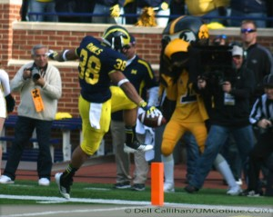 M FOOTBALL 2012: SEASON'S LAST HOME GAME PROVIDES THE FINAL OPPORTUNITY FOR 23 SENIORS TO ENJOY MICHIGAN STADIUM AND ITS ATMOSPHERE, WHILE OBTAINING A NEEDED WIN WOLVERINES 42, HAWKEYES 17. 2012 UMIowa 012 300x239 Devin Gardner Denard Robinson 2012